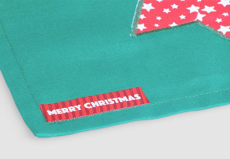Last but not least: applica una bella etichetta tessuta natalizia di Etichettanome! Nel nostro assortimento troverai prodotti natalizi giá pronti. Se vuoi, puoi anche configurare da te le etichette scegliendo tra le moltissime opzioni che ti offre il nostro configuratore!